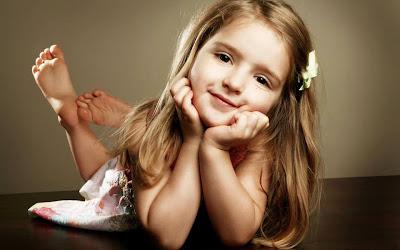 sevimli gülümseyen bebek kız resmi