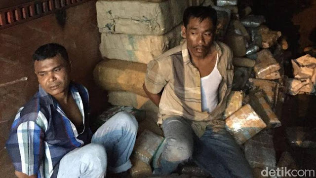 Polis Indonesia Rampas 1 Tan Ganja Dibawa Dengan Lori