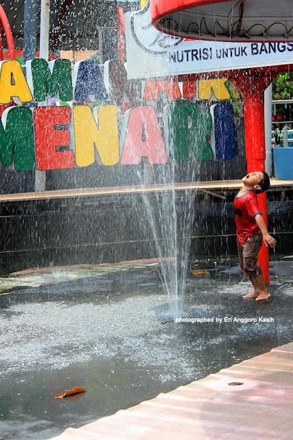 Foto Ekspresi menikmati asyiknya main air di Taman Air Menari.