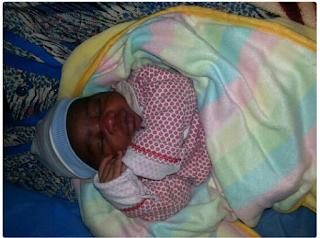 Photo: Nigerian migrant gives birth in Libya camp