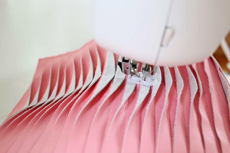 Cosiendo las tiras de piel con la máquina de coser - Diy cojín de piel3