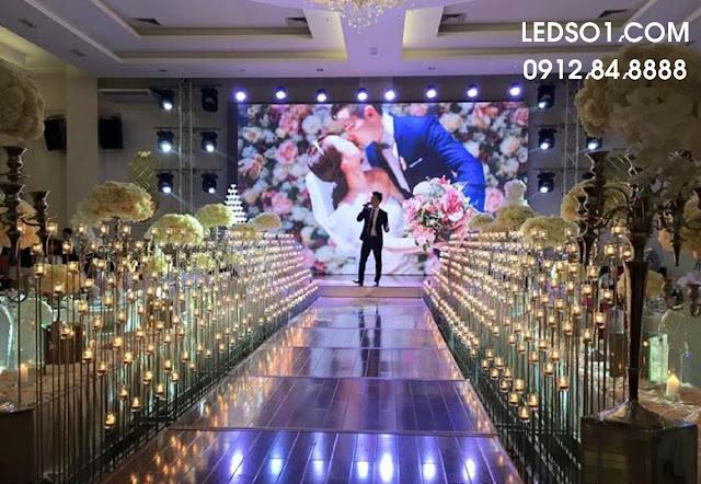 Mẫu trang trí sân khấu tiệc cưới trong nhà 3
