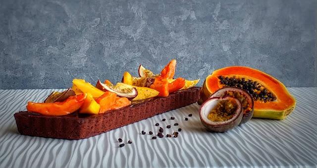 frolla al cacao, ganache al cioccolato e frutta esotica