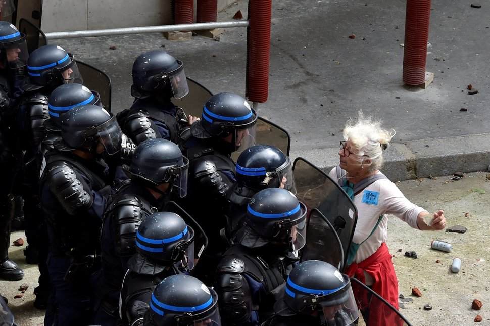 35 Photos Of Protesting Women That Portray Female Power - France