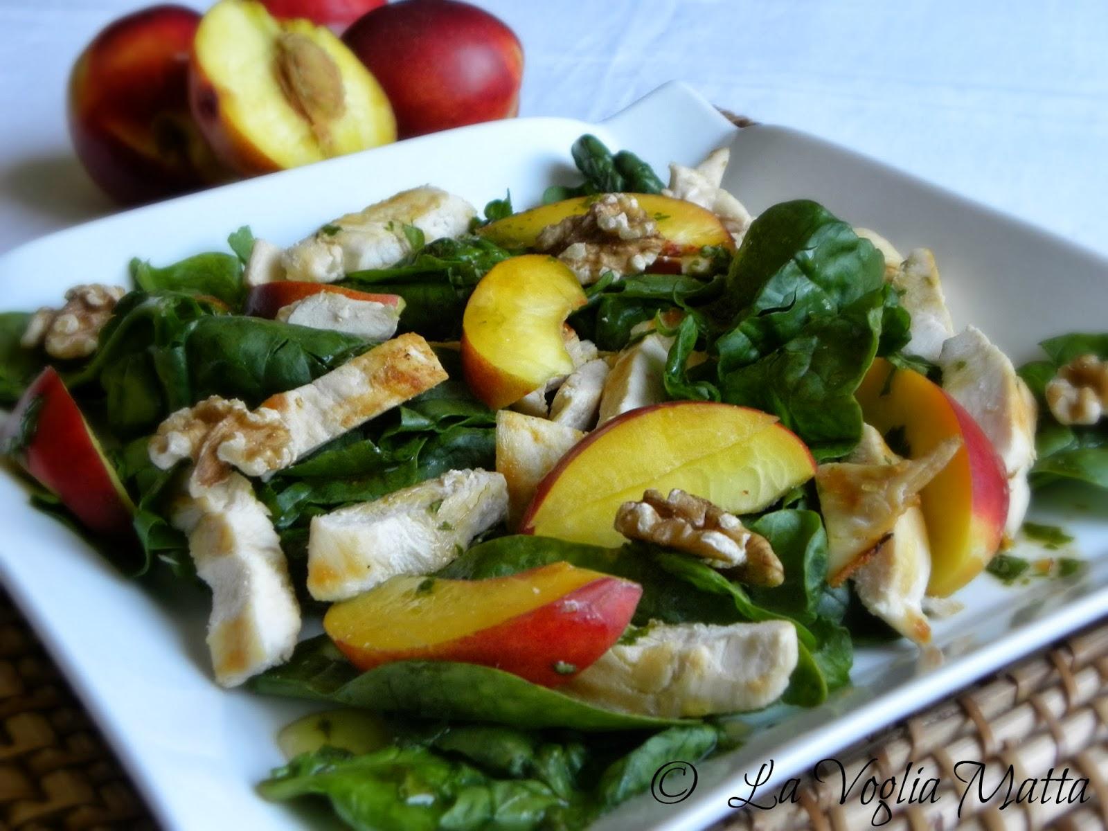 insalata di pollo grigliato con pesche nettarine, spinaci e vinaigrette al basilico