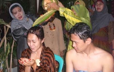 """Mengenal Mandi """" Badudus """" Pada Pengantin Suku Banjar"""