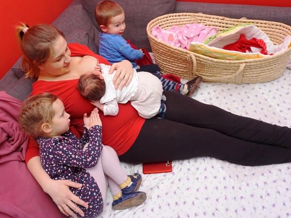 rodzeństwo, trójka dzieci, maluszek w domu, starszaki, adaptacja, z rodzicami, noworodek w domu