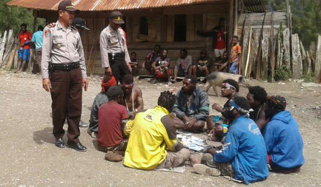 TNI dan Polri Lakukan Patroli Dialogis dengan Warga Sugapa