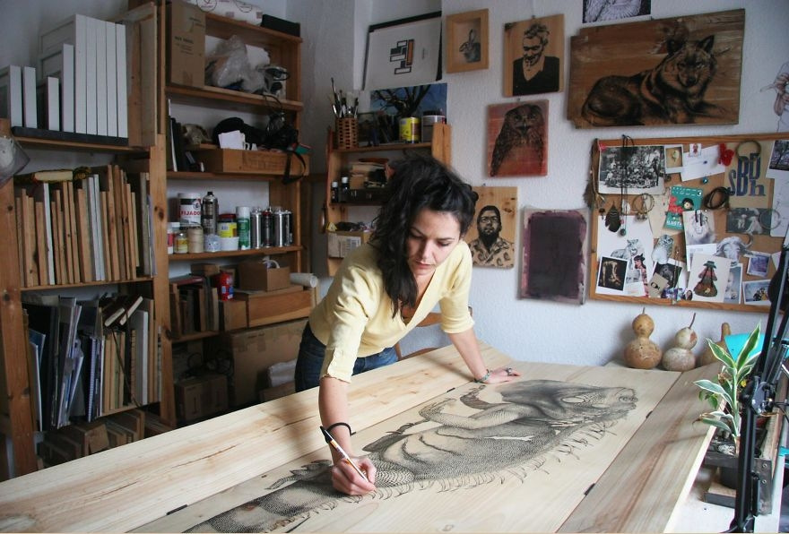 12-Studio-Madrid-Iguana-pen-and-ink-00-Martina-Billi-Recycled-Wooden-Planks-Used-to-Draw-Animals-www-designstack-co