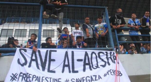 Spanduk Dukungan #SavePalestine Warnai Laga Persib Vs Persija