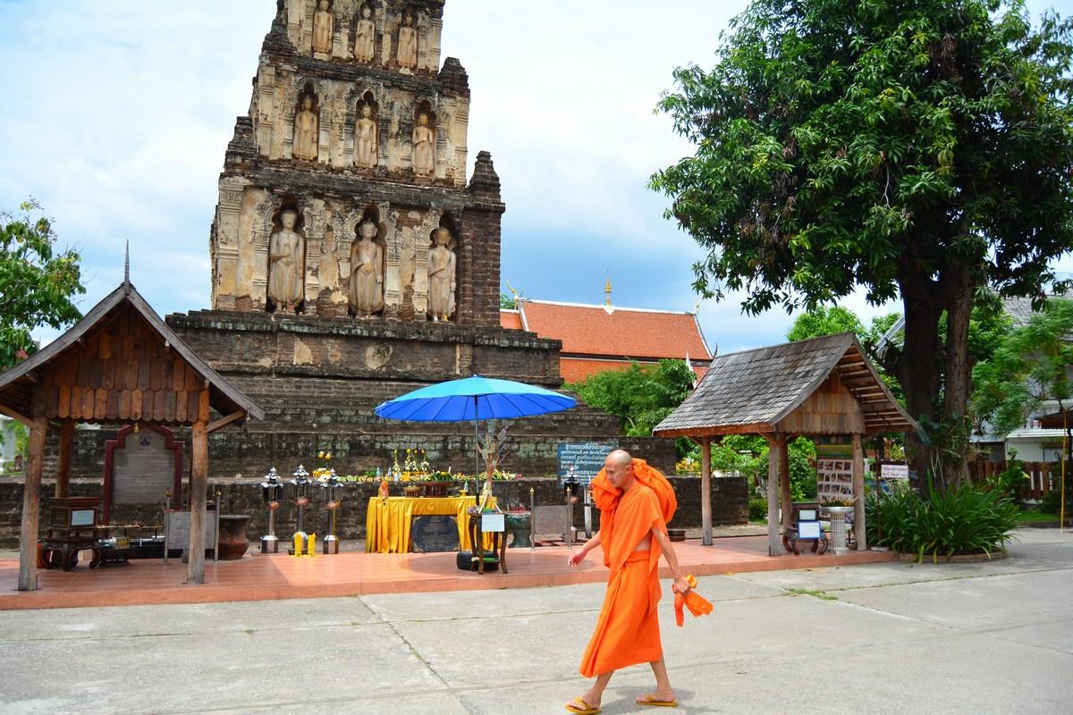 Ensemble du Wat Kukut avec le chedi principal.