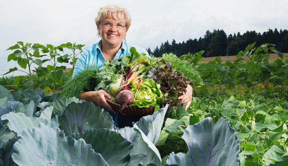 Romana Zumbühl in ihrem Garten
