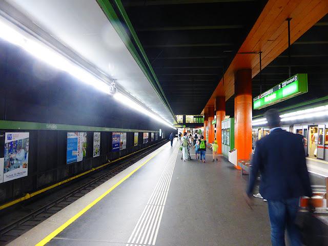 Dans le métro de Vienne avec El Habib Diarra, station Karlsplatz / photo S. Mazars