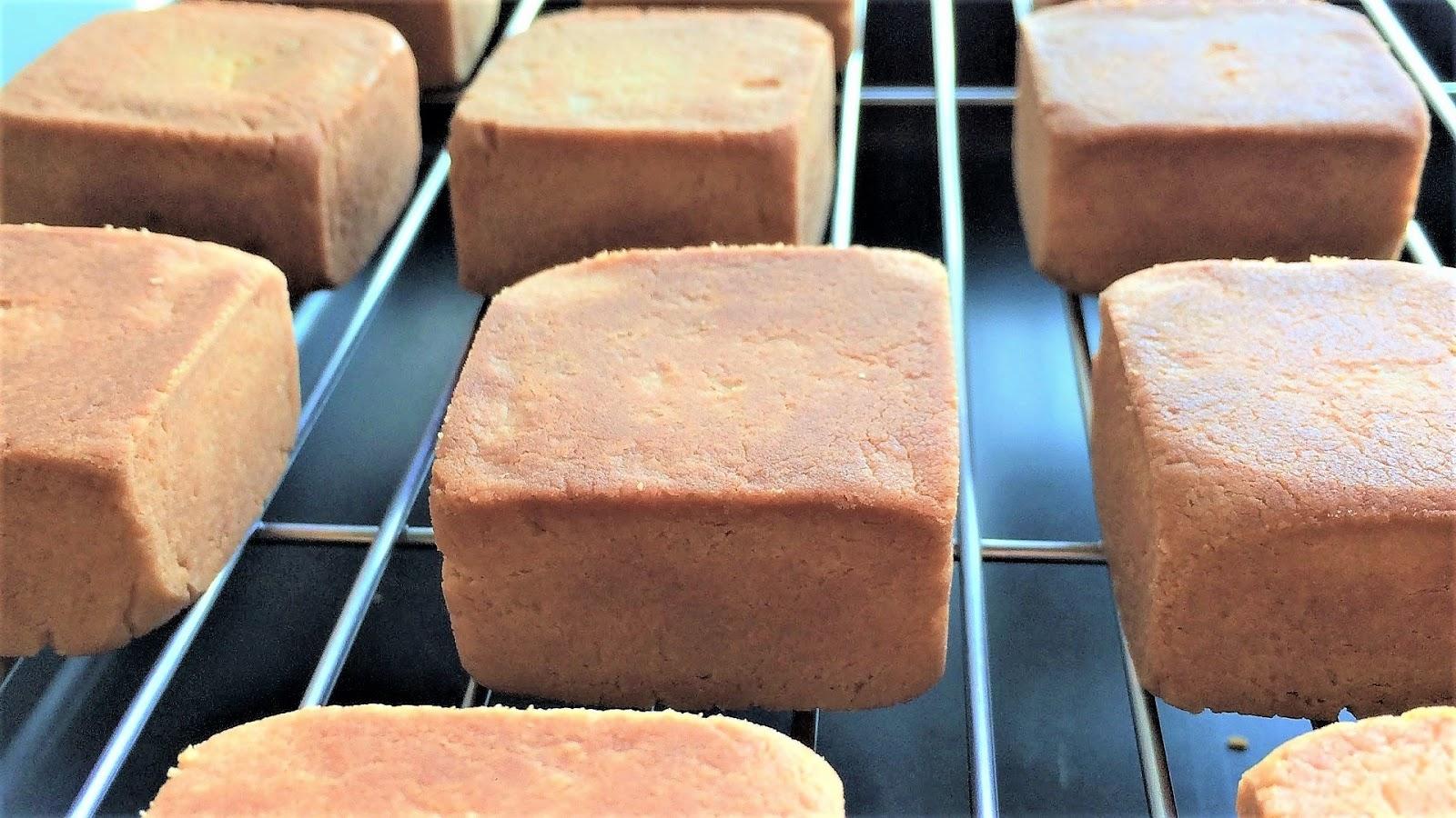 教大家如何以台灣市佔率最高的金鑽鳳梨(纖維較細)製作內餡,搭配天然奶油做成的酥皮,在家自製純正、天然又超酥軟的鳳梨酥