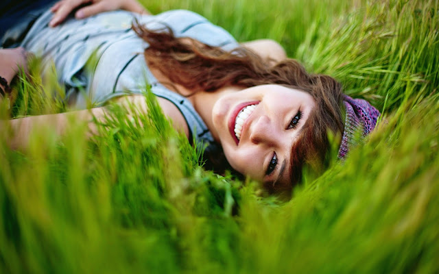 gorgeous-girl-in-grass-natural-hd-wallpaper