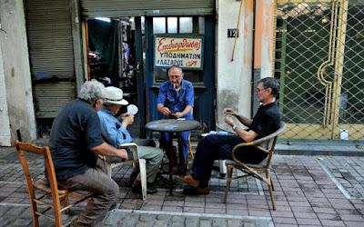 Игра в карты - обычное занятие для посетителей греческих кафе