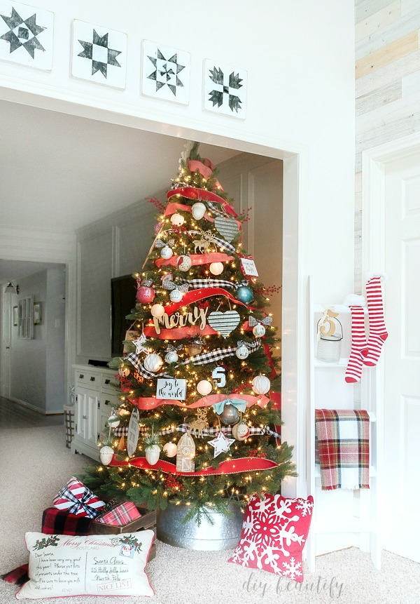 farmhouse themed Christmas tree