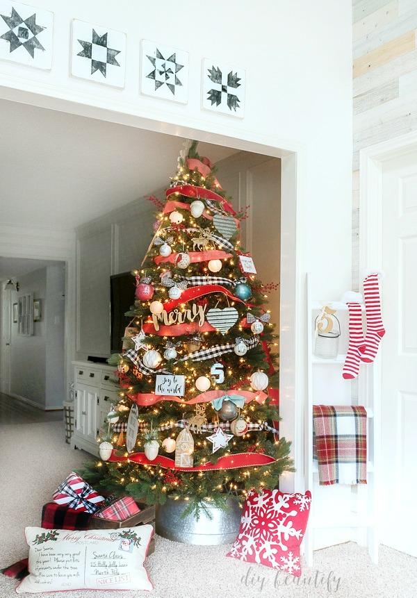farmhouse themed Christmas tree
