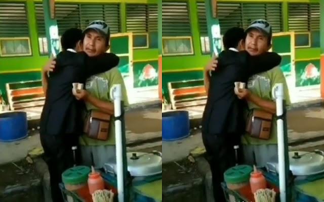 Bikin Baper, Viral Pria Peluk Ayah saat Jualan Somay Usai Lulus Ujian