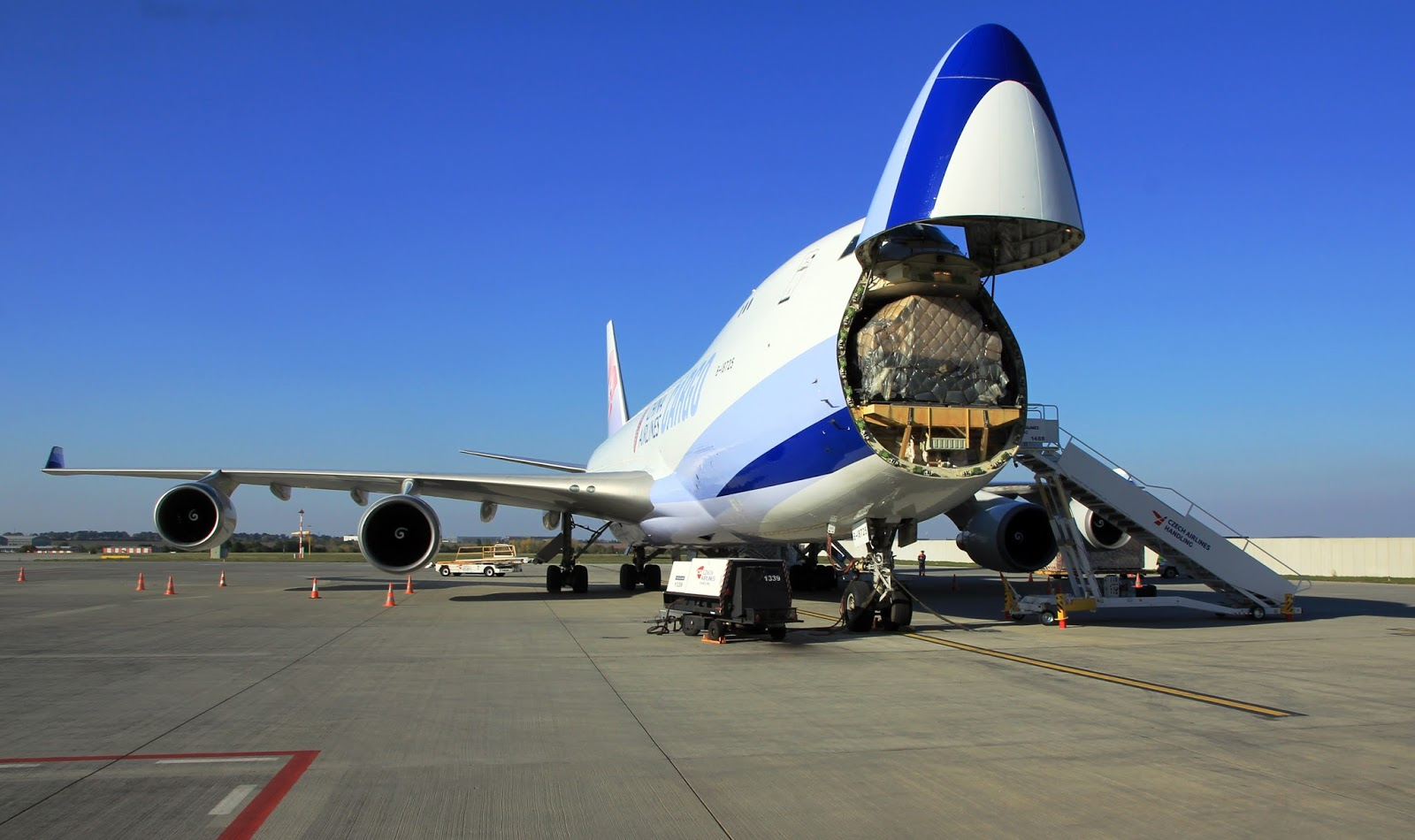 Boeing 747 with opened nose door - Wikimedia & How the Boeing 747 got itu0027s hump? - Aircraft Nerds pezcame.com