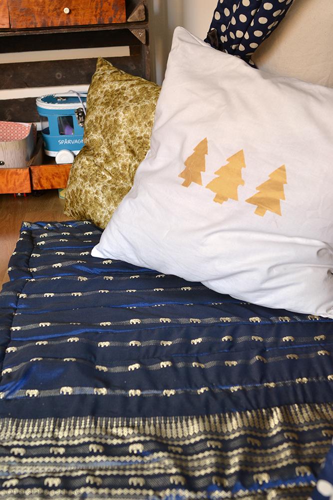 Täcke och kuddar av loppistyger.