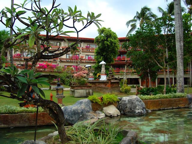 Изображение двора одного из отелей, остров Бали