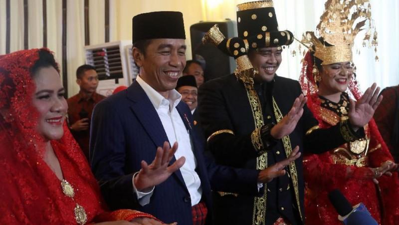 Jokowi-Iriana dan Kahiyang-Bobby Saat Manortor di Depan Wartawan