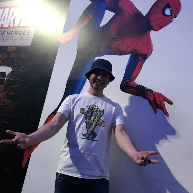 六本木ヒルズで行われているマーベル展にて。スパイダーマンの壁画と一緒に撮った写真です。