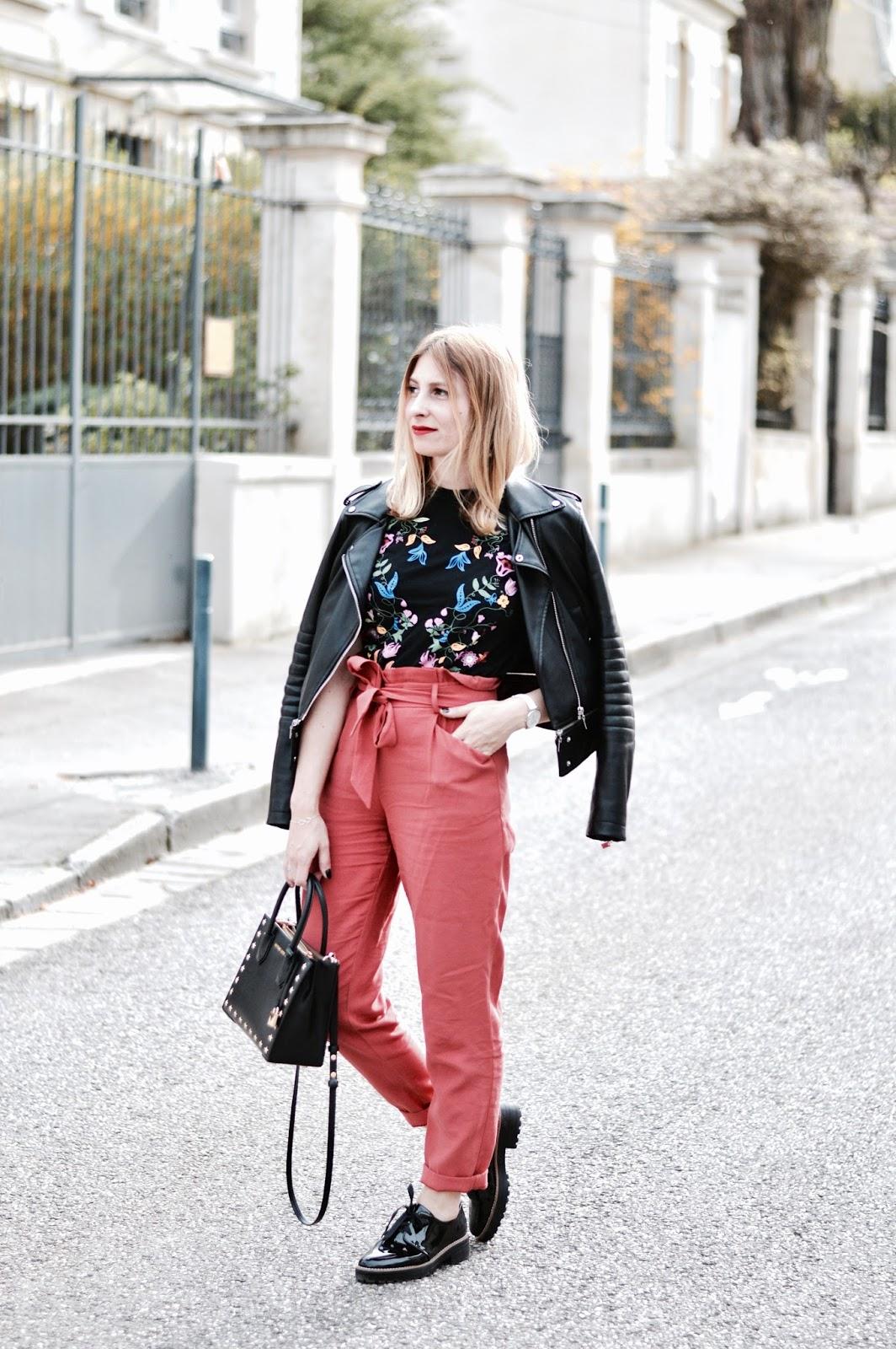 Look Printemps : pantalon rouille et teeshirt fleurs