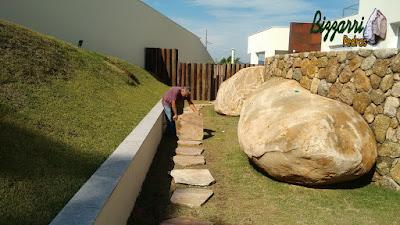 Bizzarri, da Bizzarri Pedras, executando um caminho com pedra cacão de Carranca com junta de grama. 5 de junho de 2017.