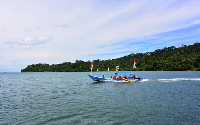 Kapal lain yang pulang dari Pantai Karang Tengah, Nusakambangan