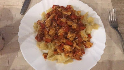 Filet z kurczaka w sosie paprykowo-pomidorowym z makaronem tagliatelle