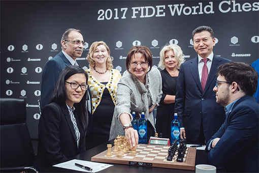 Le lancement de la seconde ronde avec la Chinoise Hou Yifan (2652) opposée au Français Maxime Vachier-Lagrave (2795) - Photo © Max Avdeev