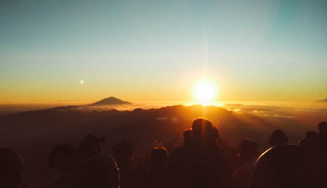 Mendaki Gunung Cikuray - Teror Babi dan Sunrise Lautan Awan (Bagian 2)