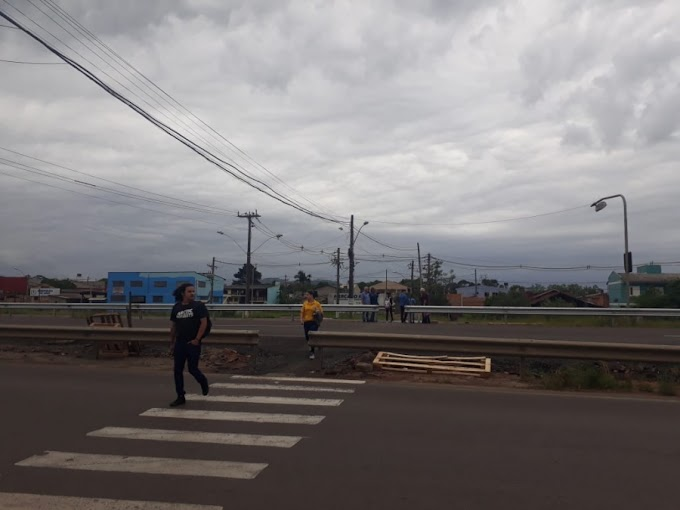 DAER bloqueia pista central da RS-118 atendendo comunidade