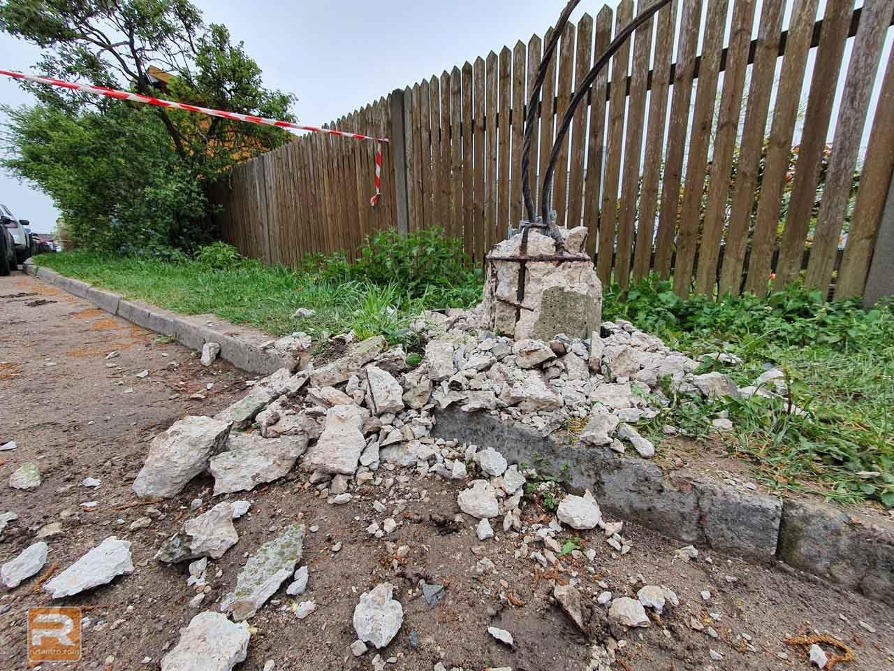 Drupas pēc betona staba nojaukšanas un vadi no staba pamatnes