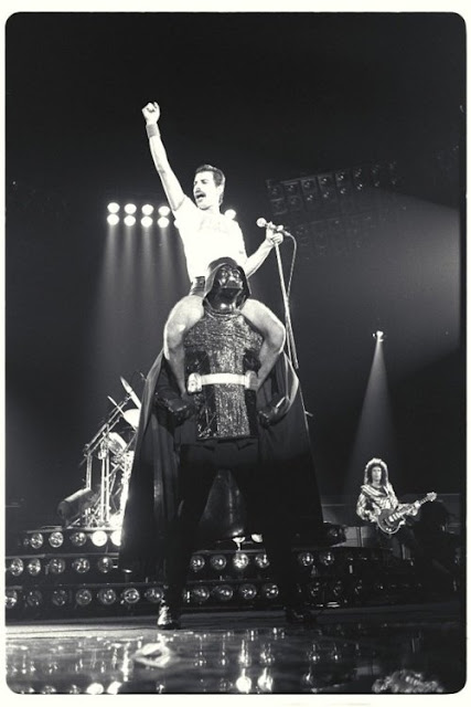 El gran Freddie Mercury cantando We will rock you en los hombros de Darth Vader (1980).