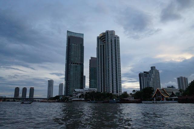 Pemandangan gedung pencakar langit dari Sungai Chaophraya