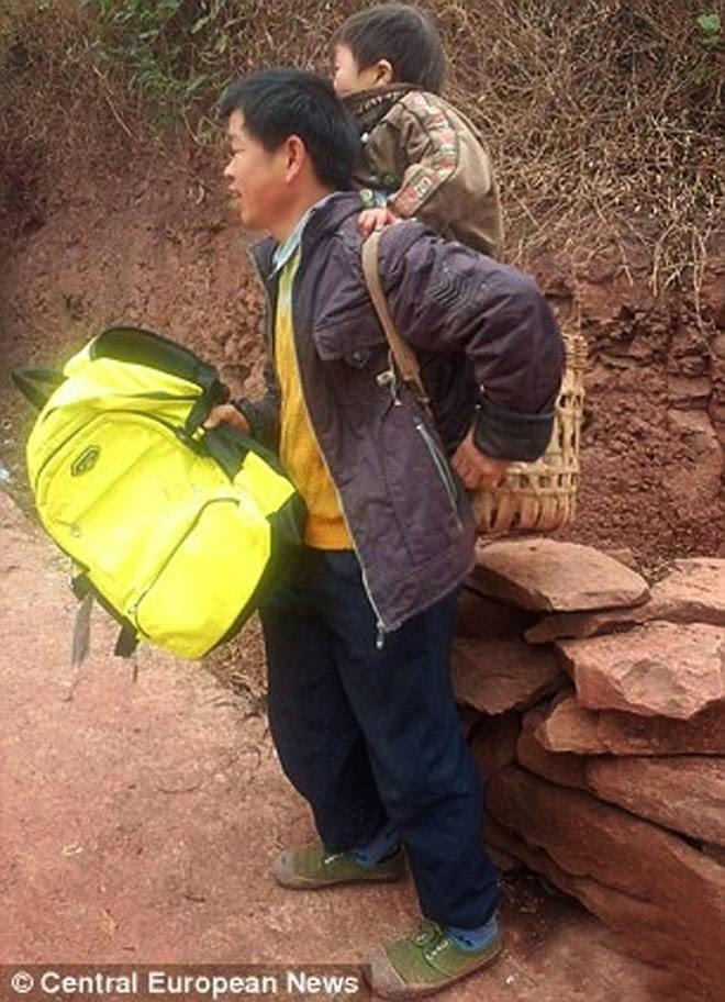 6+Kisah+Mengharukan+Tekad+Sang+Ayah+untuk+Menyekolahkan+Anak+Difabelnya222 28 Km Menggendong Anak Difabel ke Sekolah