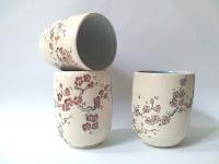 Annapia Sogliani contemporary handmade ceramic, bicchieri in ceramica fatti a mano ceramica, fiori  céramique grès décor engobe, fait à la main, service cerisiers japonais, made in Paris