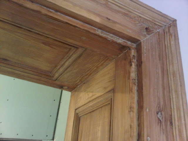 renowacja drzwi w stuletniej kamienicy