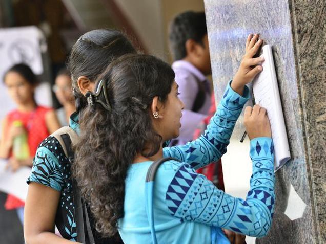 चाय की दुकानों और रेलवे स्टेशनों पर बैठकर परीक्षा दे रहे हैं बिहार के छात्र!