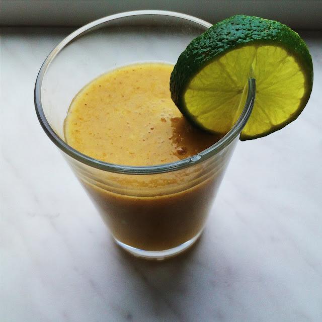 Tropické smoothie s banánem, mangem, kiwi a mandarinkou