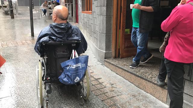 Una persona en silla de rueda en el acceso a un establecimiento hostelero de Barakaldo