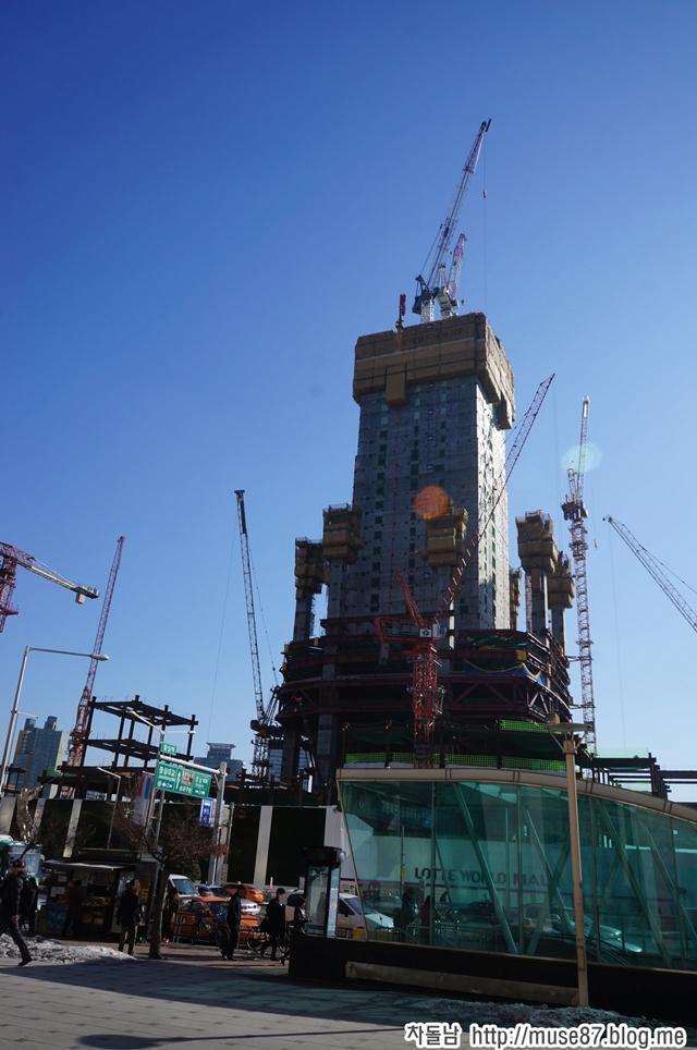 Picture of the Lotte World Tower under construction