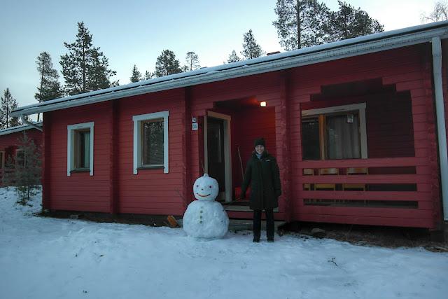 Boneco de neve na frente do chalé em Ivalo, Finlândia