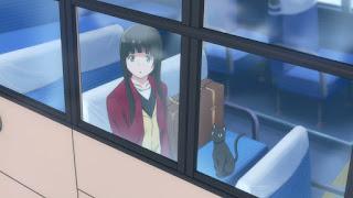 Makoto Kowata, główna bohaterka Flying Witch w pociągu
