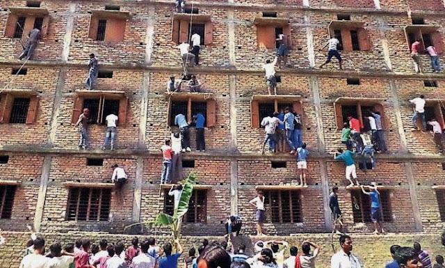 PARAH ! Demi Mengasih Contekan pada Anak Orang Tua ini Rela Panjat Dinding Sekolah