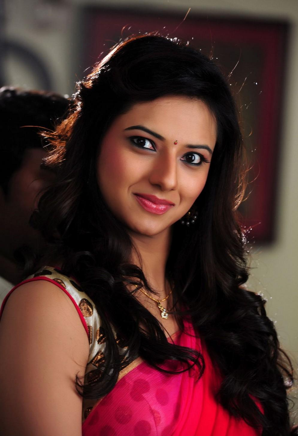 Isha Chawla Hot Photos in Red Saree