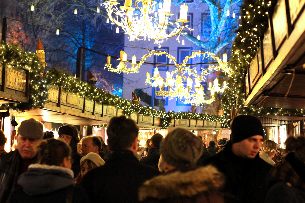 Cologne Christmas market at night - travel & lifestyle blog